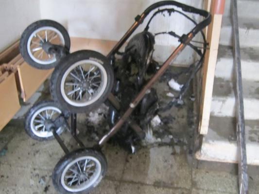 Ночью вподъезде сгорела детская коляска
