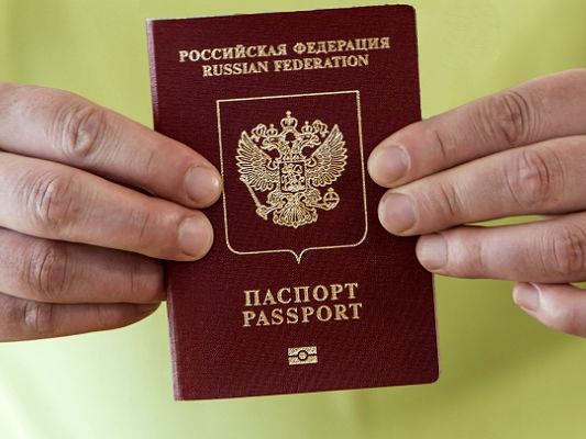 Глава отделения УФМС вПугачеве нелегально выдал иностранцам неменее 20 паспортов