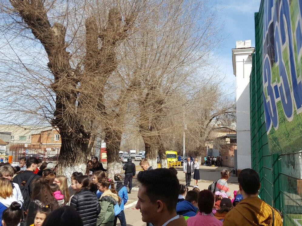 Саратовскую школу эвакуировали из-за сообщения обомбе