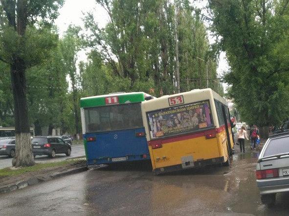Напроспекте Строителей вяму провалились два автобуса