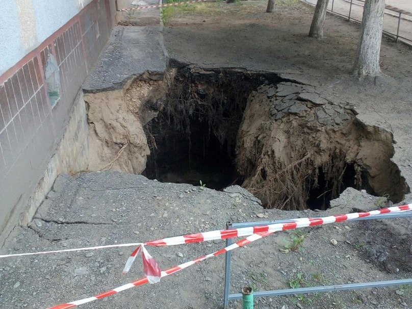 Умногоэтажки вЗаводском районе образовался большой провал
