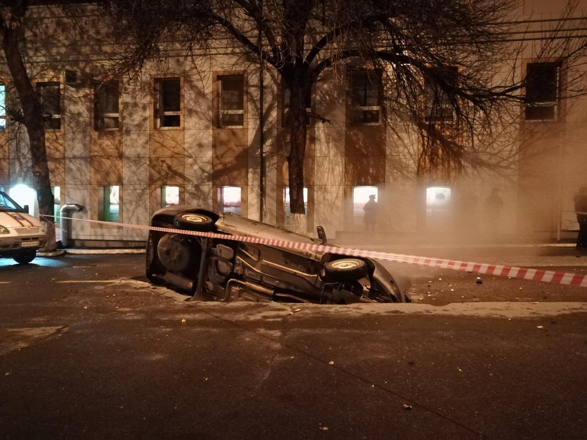 Вцентре Саратова машина провалилась под землю