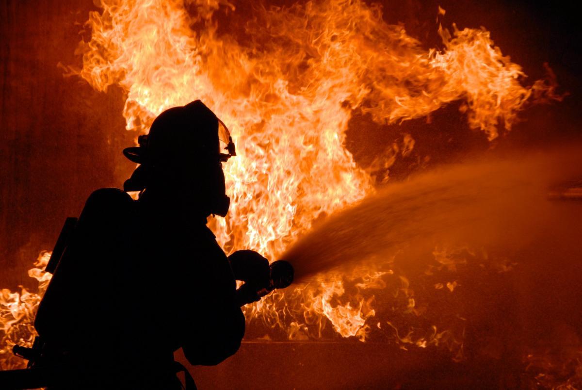 Под огромной крышей пожар распространился на500 квадратных метров