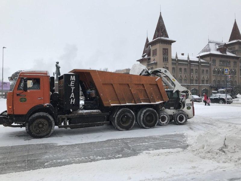 Нарасчистку дорог направили 171 машину специальной техники — Снегопад вСаратове