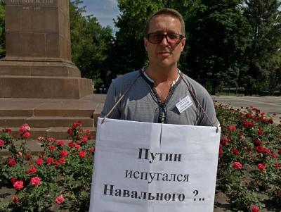 На площади Чернышевского пикетчик считает, что главе государства пора на пенсию
